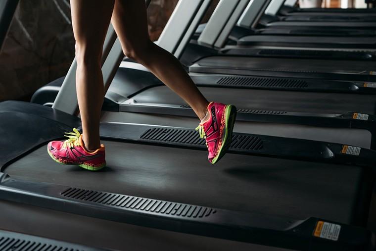Stocksy-girl-running-on-treadmill-Maa-Hoo